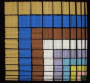 dekanomisches Quadrat gelegt aus den Perlen des großen Perlenkastens